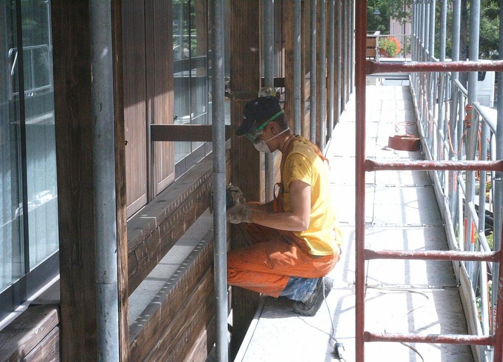 Levigatura rivestimento in legno prima della verniciatura